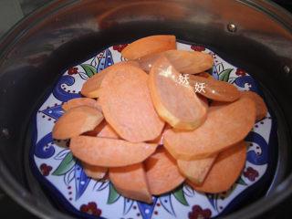红薯饼干,入锅蒸熟,切成片状比较容易熟,大约十来分钟就可以了。