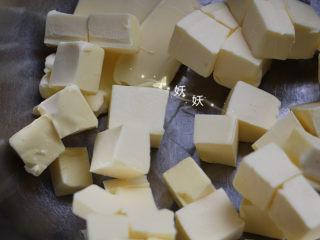 红薯饼干,黄油切成块,室温回软,用手轻轻一压能压出一个洞为佳,这种天气需要开暖气操作。