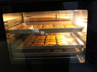 红薯饼干,烤箱提前预热,我用的风炉,可以多层同烤,普通烤箱一次烤一层,160度,20分钟,普通烤箱180度,中层,上下火,20分钟左右。