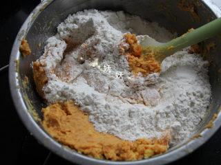 红薯饼干,筛入低筋面粉,我用的新良,每个牌子的面粉吸水性不同,不同牌子的面粉要注意适当增减用量。