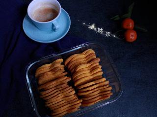 红薯饼干,出炉后放凉饼干就可以很酥脆了,放凉后的饼干装入保鲜盒密封保存,防止受潮变软哦!自己做的饼干没有添加,万一受潮可以入烤箱回烤一下就又可以酥脆了。