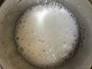 可可蛋糕吐司,打发蛋白 蛋白滴入几滴柠檬汁,中速打发至粗泡,此时加入三分之一白砂糖转高速打发