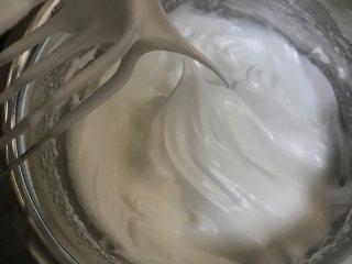 可可蛋糕吐司,分三次加入砂糖打发至9分发泡的状态,最后快要打发完成的时候打蛋器转中速打发1分钟稳定蛋白