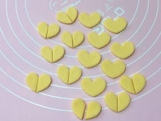 吉祥如意,再取黄色面团擀开,用心形模具压出16个心形,从中间切开。