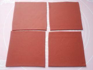 吉祥如意,用刀切成边长14cm✖️14cm的正方形,切出4个同样大小的正方形。