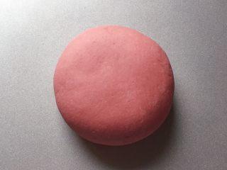 吉祥如意,先来和红色面团:将200克面粉和2克红曲米粉、50克绵白糖放入盆中拌匀,加入酵母水(酵母粉加入温水中搅匀融化),边加边用筷子搅拌成絮状。再用手和成软硬适中的面团,盖上保鲜膜放温暖处发酵至2倍大。