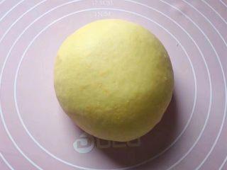吉祥如意,和黄色面团:将2克酵母粉、200克面粉和25克白糖放入一盆中,加入适量南瓜泥,边加边用筷子搅拌成絮状。然后用手和成软硬适中的面团,盖上保鲜膜放温暖处发酵至2倍大。