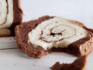 可可蛋糕吐司,烤好后立刻取出脱模,放在烤网上晾至室温切片即可~~
