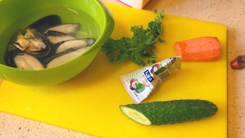暖心汤系列★椰汁青口汤,我们要准备的主要食材是这几样。