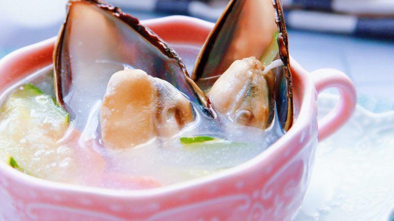 暖心汤系列★椰汁青口汤,淡淡的椰香,化解了海鲜的腥;   海鲜的鲜,提升了椰子的腻,黄瓜的清香和青口的鲜嫩和椰汁的芳淳,搭配在一起,给味蕾多重的享受体验。