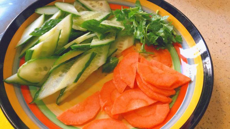 暖心汤系列★椰汁青口汤,装盘,备用。