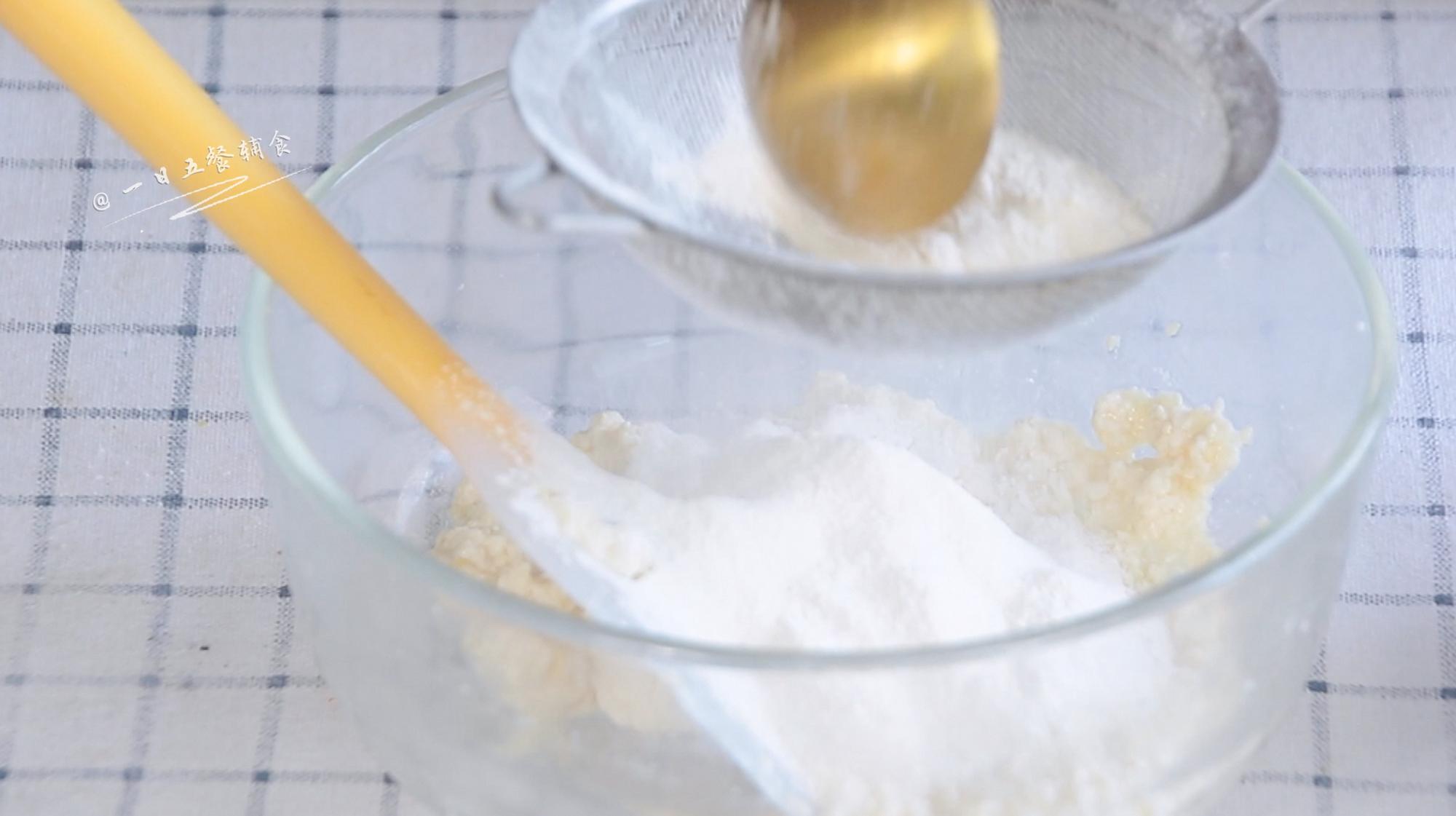 豆腐手指脆条,最后将低粉过筛分3次加入,每次搅匀再加下一次。</p> <p>