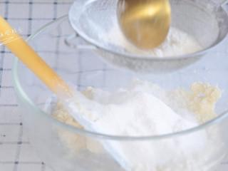 豆腐手指脆条,最后将低粉过筛分3次加入,每次搅匀再加下一次。