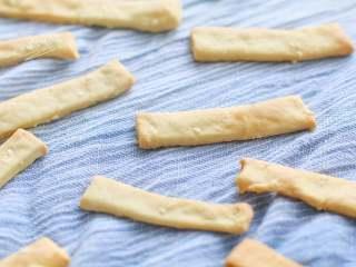 豆腐手指脆条,很结实的手指棒,轻易断不了,需要不停的磨磨,用口水慢慢泡掉。吃任何手指食物,家长还是需要在旁监护哦。
