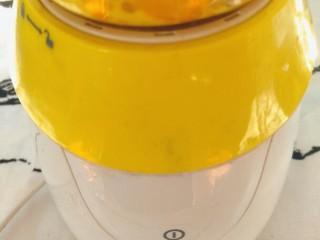 香蕉蛋糕(戚风法),打成香蕉糊。如果没有料理机的话可以单独把香蕉捣成香蕉泥。单独最后加入到面糊里。