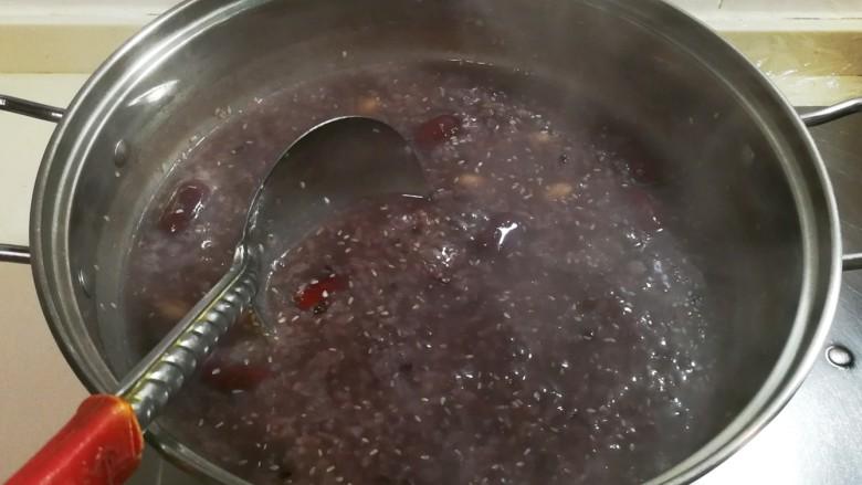 酸甜可口杂粮粥,大火烧开,小火十分钟