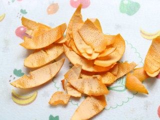 香橙抹茶戚风蛋糕,把里面白色的部分刮掉