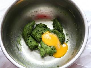 香橙抹茶戚风蛋糕,蛋黄分三次加入搅拌均匀