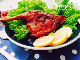 香烤鸭腿,出炉装盘 配着生菜 挤上柠檬汁味道更好呦