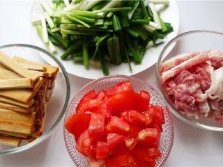 韭菜炒豆腐干,将材料洗净,切好。