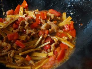 韭菜炒豆腐干,炒至番茄炒变色,味道逐渐融入豆腐干里。