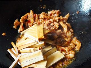 韭菜炒豆腐干,放入豆腐干继续翻炒。