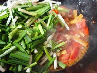 韭菜炒豆腐干,倒入韭菜翻炒。