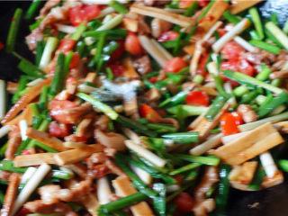 韭菜炒豆腐干,翻炒均匀,加入适量盐,味精,翻炒均匀。