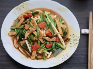 韭菜炒豆腐干,起锅装盘。
