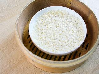 糍粑,浸泡好的糯米,蒸熟。蒸40分钟。