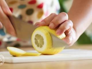 自制無添加脆皮腸,再也不用給寶寶買香腸了!,檸檬切兩片