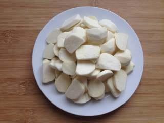 茨菇炒蒜苗,切成厚片
