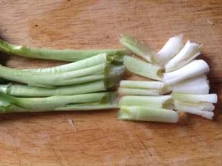 茨菇炒蒜苗,蒜苗洗净,把蒜苗的头部用刀拍裂,再斜刀切段