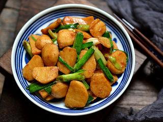 茨菇炒蒜苗,盛入盘中趁热吃很香