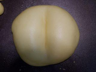 屁屁豆沙包,发酵好,取出刷鸡蛋液