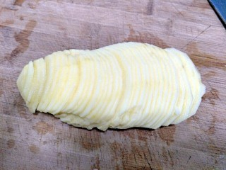家常土豆丝,把土豆切成厚薄均匀的薄片。