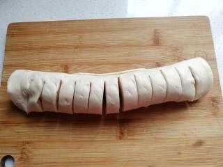 花朵飞饼香蕉卷,然后顺着一边切成均匀的小段,另一边留一小部分不要切断;