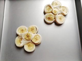 花朵飞饼香蕉卷,再借用刮板把它移到烤盘中;