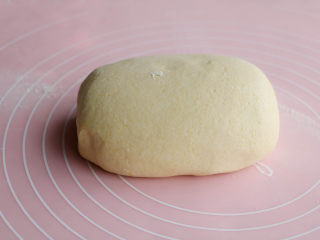 玉米面馒头,面粉混合,慢慢倒入温水和成光滑的面团,放室温发酵;