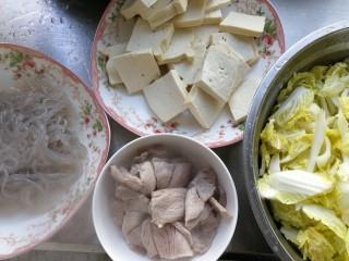 零基础家常炖菜之白菜粉条炖豆腐,准备好食材,豆腐切块,白菜切块  粉条用水煮下。