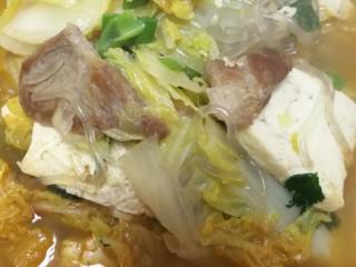零基础家常炖菜之白菜粉条炖豆腐,最后盛出。