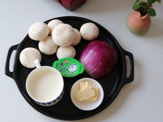 奶油蘑菇浓汤,准备食材: 口蘑350g、洋葱半个、淡奶油120g、浓汤宝1个、黄油15g、清水1kg、蒜瓣1个、盐、黑胡椒、罗勒叶适量