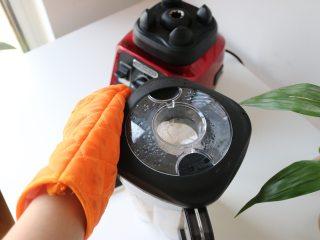 奶油蘑菇浓汤,大家在使用热汤功能时一定要戴好隔热手套掀盖子,避免烫伤;