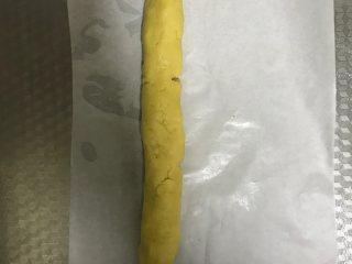 枣泥一口酥,取出后将其中一份搓成长条放在油纸上