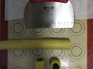 枣泥一口酥,切成2-3cm的小段
