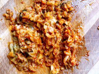 韩式泡菜蛋炒饭,泡菜切成末,火腿肠切成颗粒。