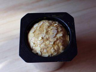 黑麦全麦粗粮吐司,刷蛋液撒些杏仁片装饰