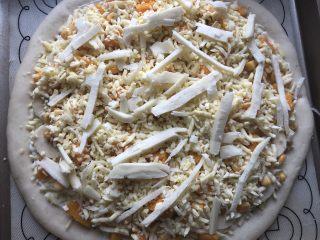 香甜可口的水果披萨🍕,在水果上面再撒一层马苏里拉芝士,放入预热好的烤箱,烤 200度20分钟左右