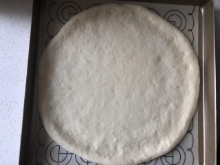 香甜可口的水果披萨🍕,然后放入披萨盘或者烤盘内擀成圆饼底,用手整理一下,擀成中间薄边缘稍厚