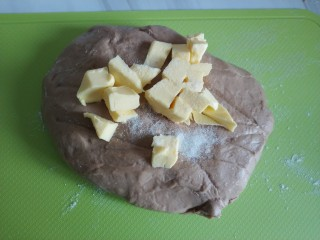 家庭低油版脏脏包免开酥,含快手好吃的巧克力酱做法,加入黄油和盐,继续揉。